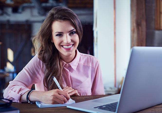 Junge Frau erarbeitet HR Stratgie