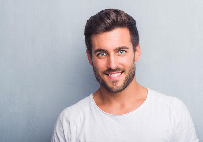 Portrait eines sympathisch lächelnden Mannes