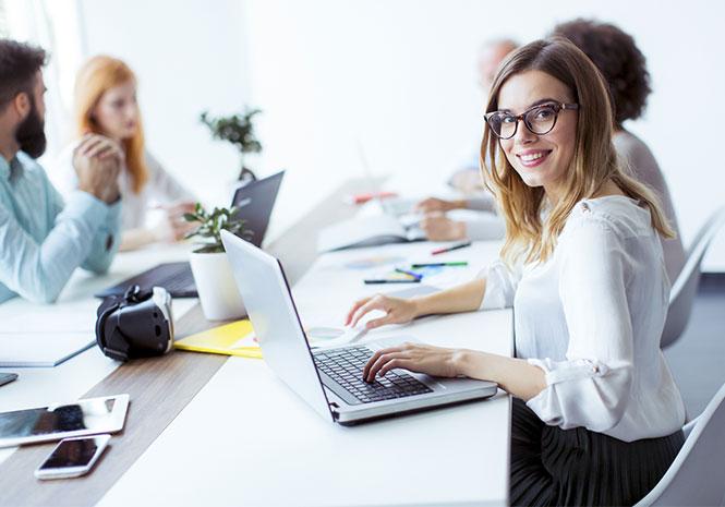 Junge Frau arbeitet mit Laptop im Workshop