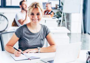 Glückliche junge Frau bei der Arbeit