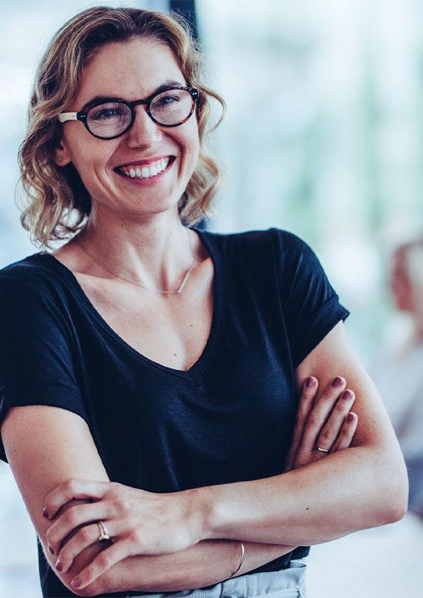 Lachende Frau mittlerem Alters im Office