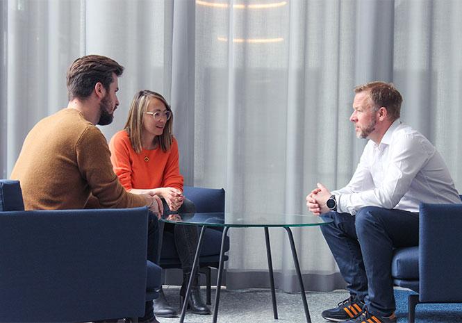 Drei Personen in einem HR Coaching Beratungsgespräch