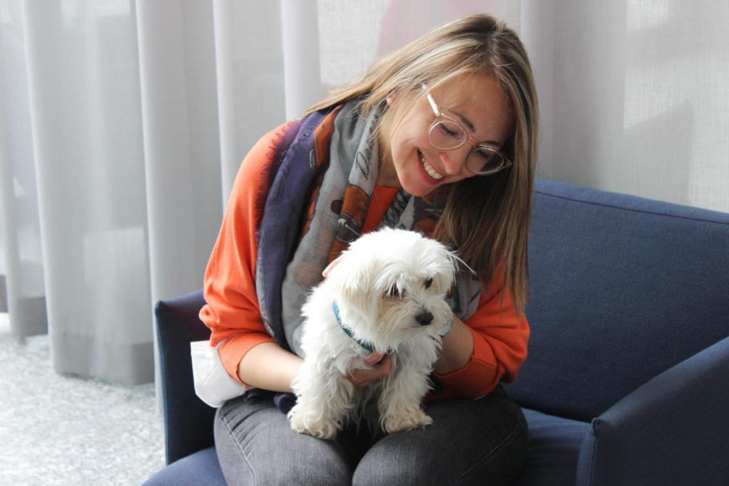 Glückliche HR Mitarbeiterin mit dem Office Hund.