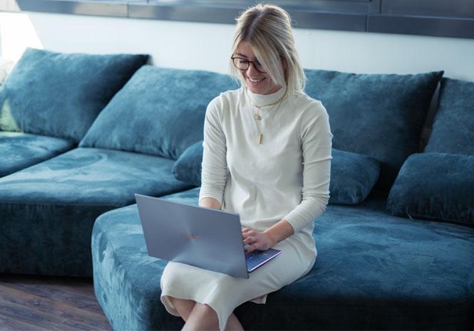 Junior HR Expert arbeitet am Laptop auf Couch