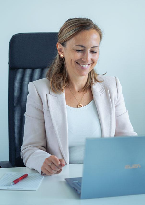 Senior HR Expert arbeitet am Laptop