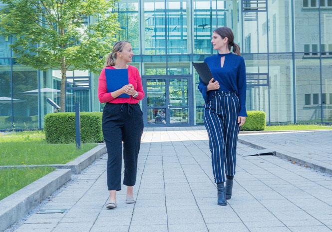 Zwei HR Experts unterhalten sich beim Gehen