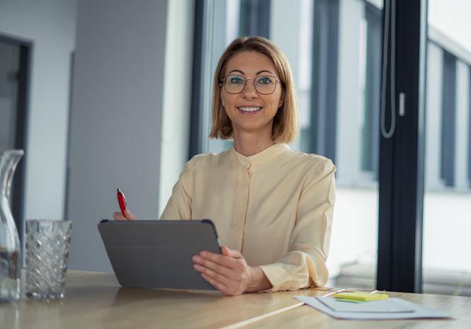 Lächelnde Senior HR Expert mit Tablet