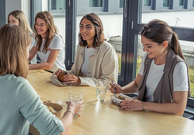 Ausgelassene Mitarbeiterinnen in der Mittagspause